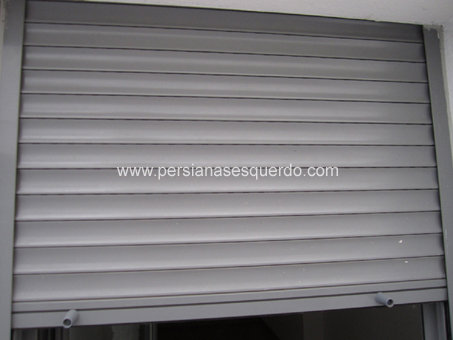 persiana enrollable aluminio gris