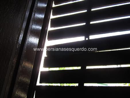 persiana de madera con las lamas rotas